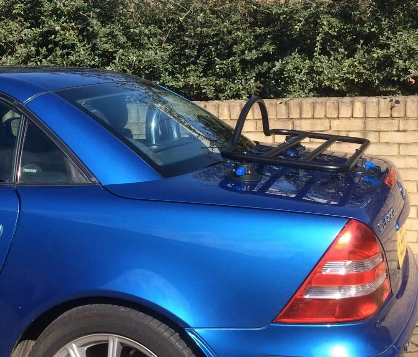 bleu mercedes benx slk r170 avec porte-bagages monté sur une allée devant une maison