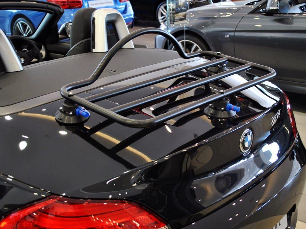 porte-bagages noir revo-rack monté sur une BMW noire Z4 dans un showroom BMW