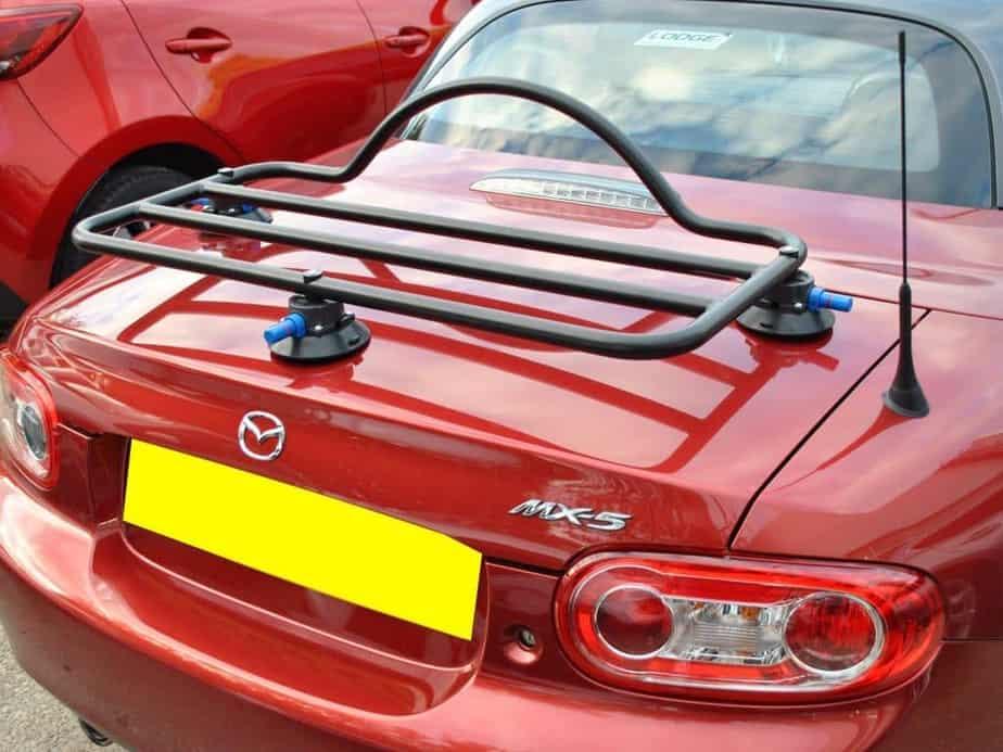 porte-bagages adapté à un burgandy mx5 nc roadster coupe par une journée ensoleillée