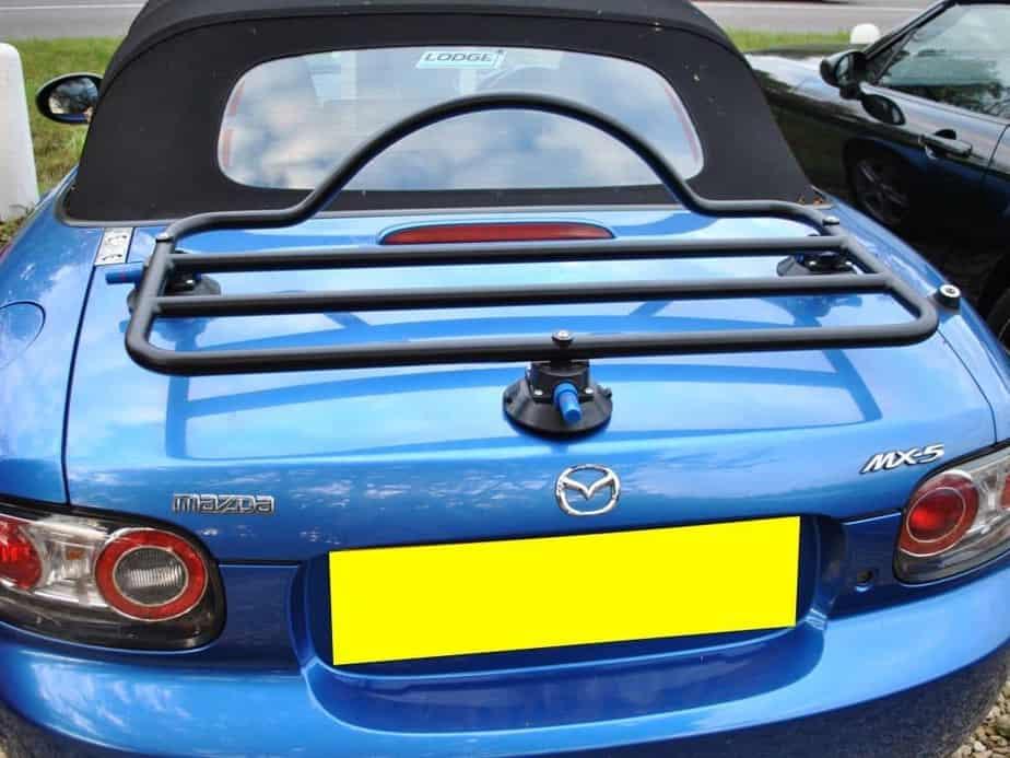 Porte-bagages noir Revo-Rack adapté à un bleu mx5 nc