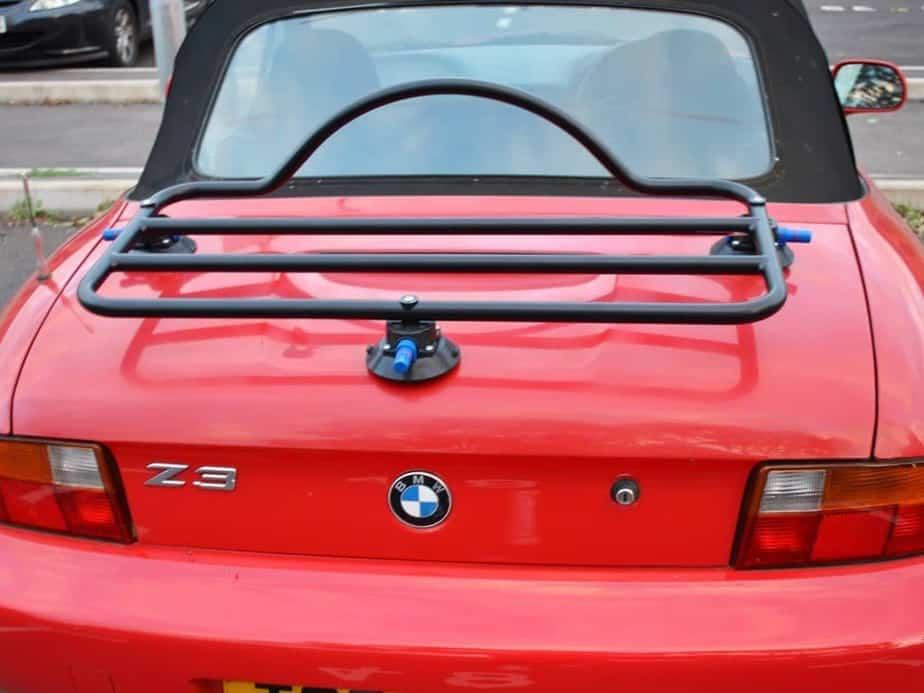 porte-bagages noir revo-rack monté sur une bmw z3 rouge