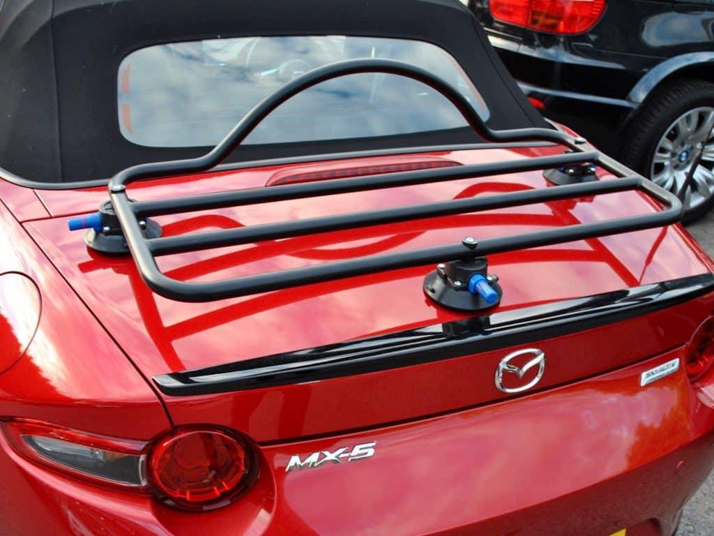 mazda mx5 rossa con un portabagagli con arricavo montato