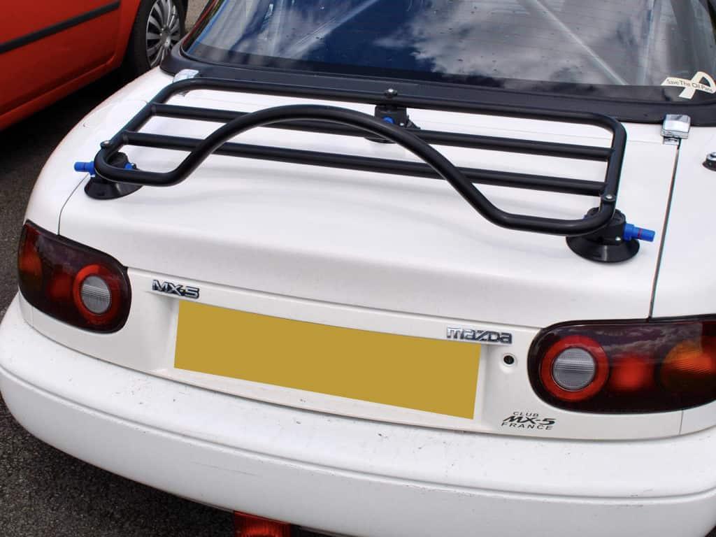 Porte-bagages noir Revo-Rack adapté à un blanc mx5 na avec un hardtop noir.