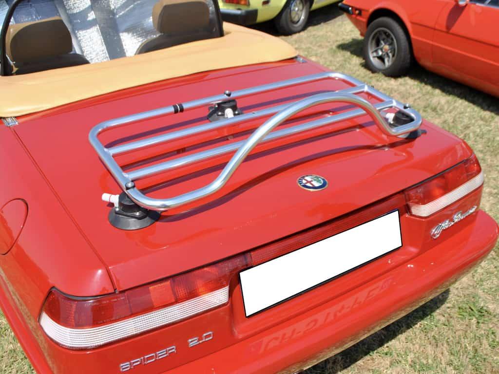 rotes klassisches Alfa Romeo Spider-Cabriolet mit Edelstahl-Gepäckträger
