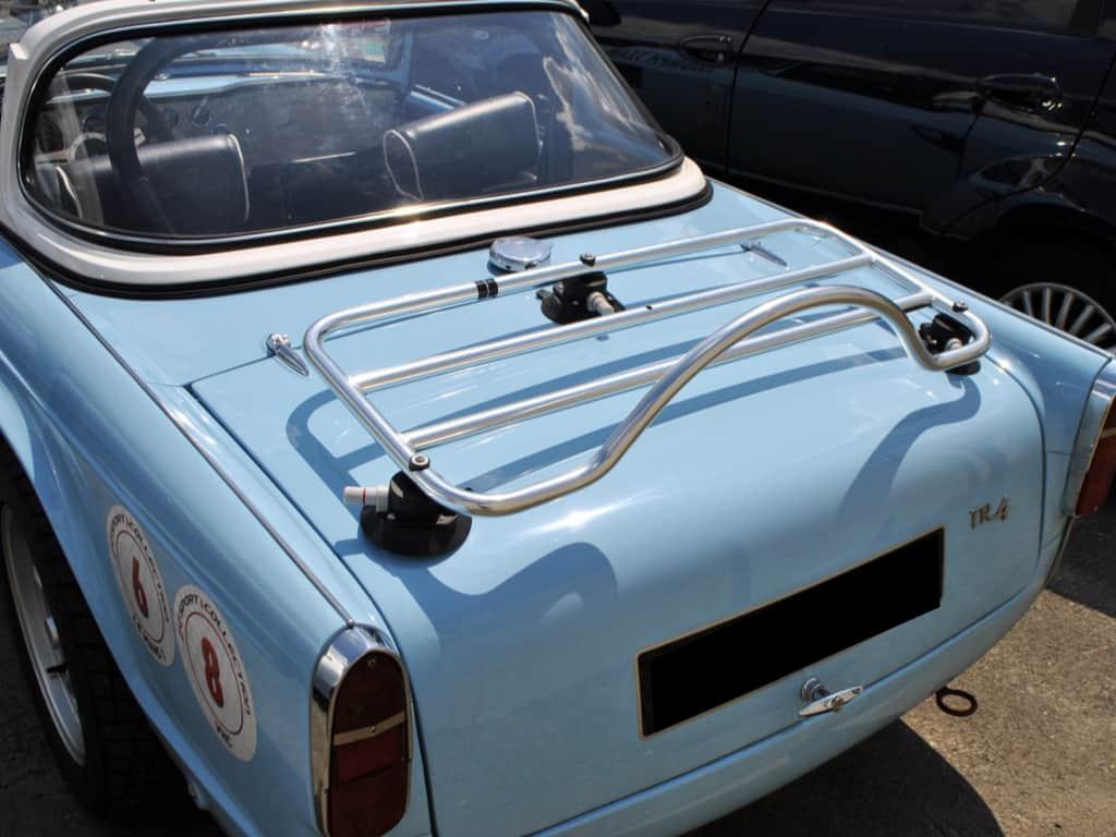 Blauer Triumph Tr4 mit Edelstahlgepäckträger