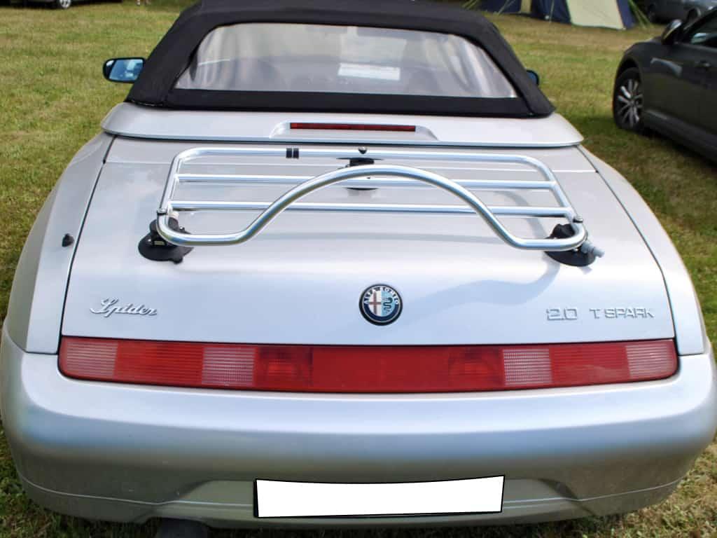 916 Alfa Romeo Spider mit einem Edelstahl-Gepäckträger montiert