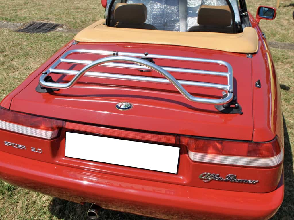 rot 1980er Jahre Alfa Romeo Spider mit einem Edelstahl-Gepäckträger montiert