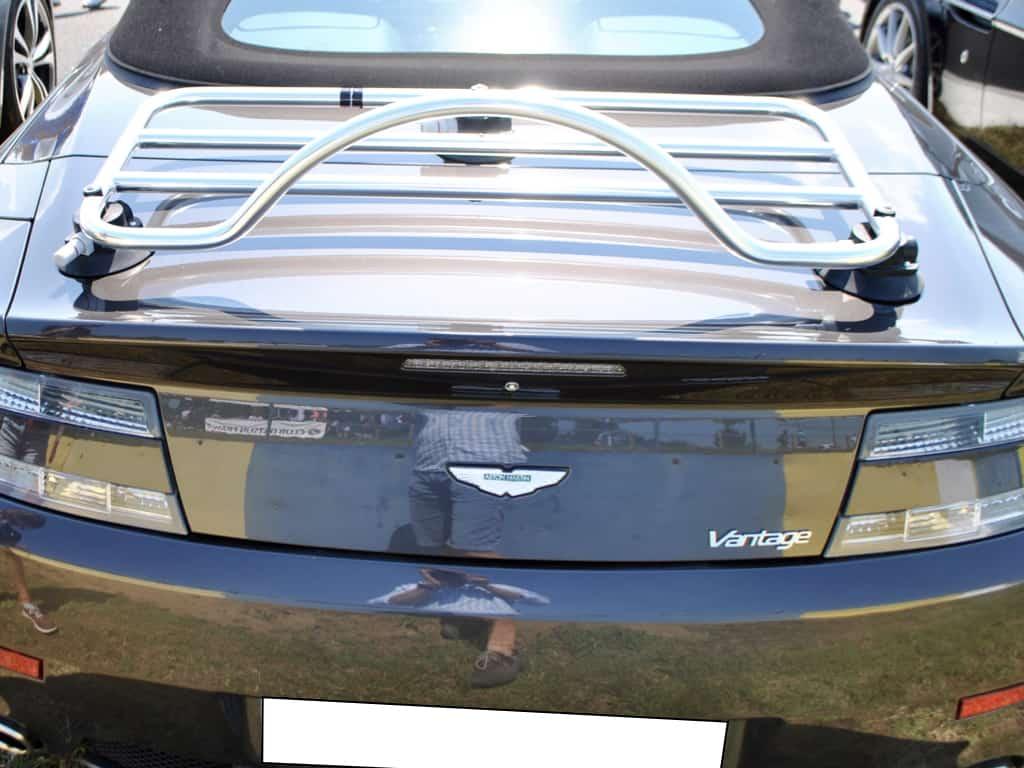 aston martin vantage v8 cabriolet mit einem gepäckträger aus edelstahl