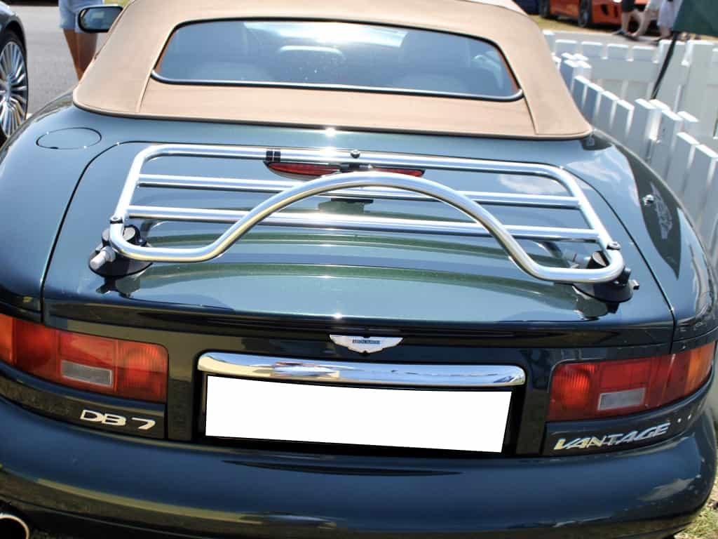 grün Aston Martin DB7 Cabrio mit einem Edelstahl-Gepäckträger montiert