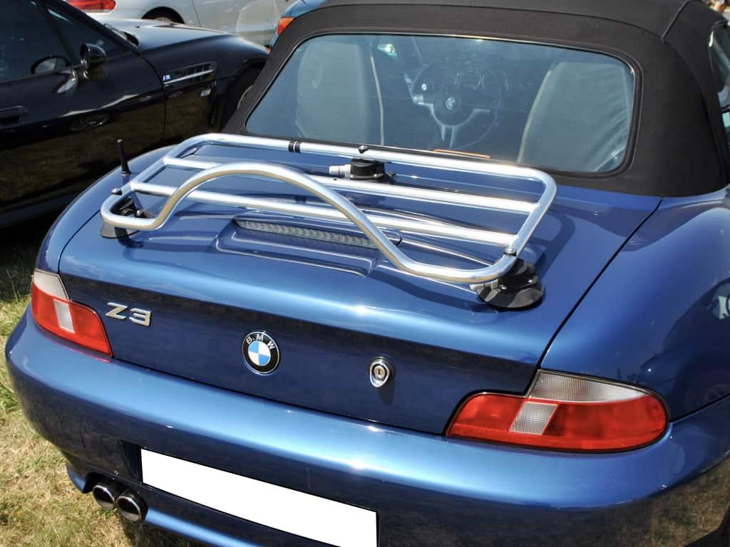 porte-bagages revo-rack chromé monté sur une bmw bleue z3 dans un champ par une journée ensoleillée