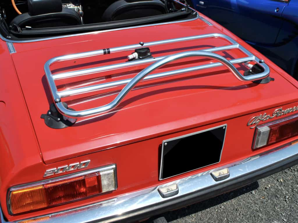 Alfa Romeo 2000 Spider in rot mit einem Edelstahl-Gepäckträger montiert