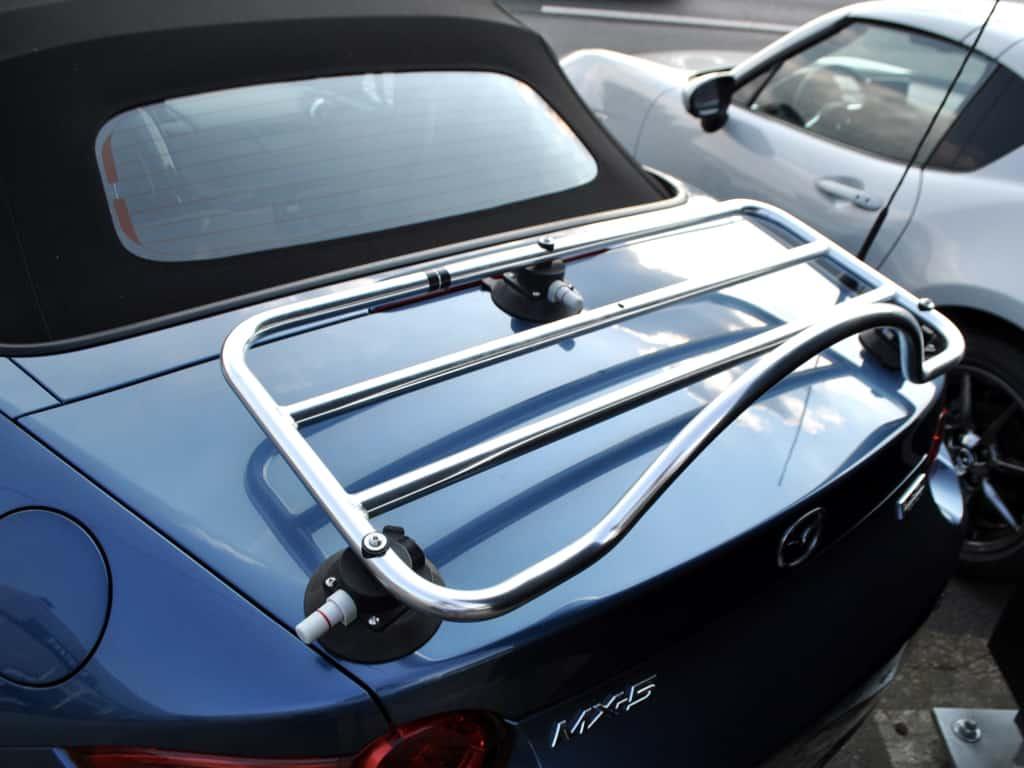 blauer mazda mx5 mk4 iv roadster mit edelstahlgepäckträger