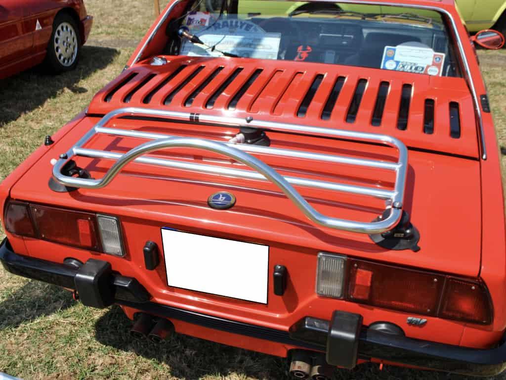 rotes fiat x 19 cabriolet mit einem gepäckträger aus edelstahl