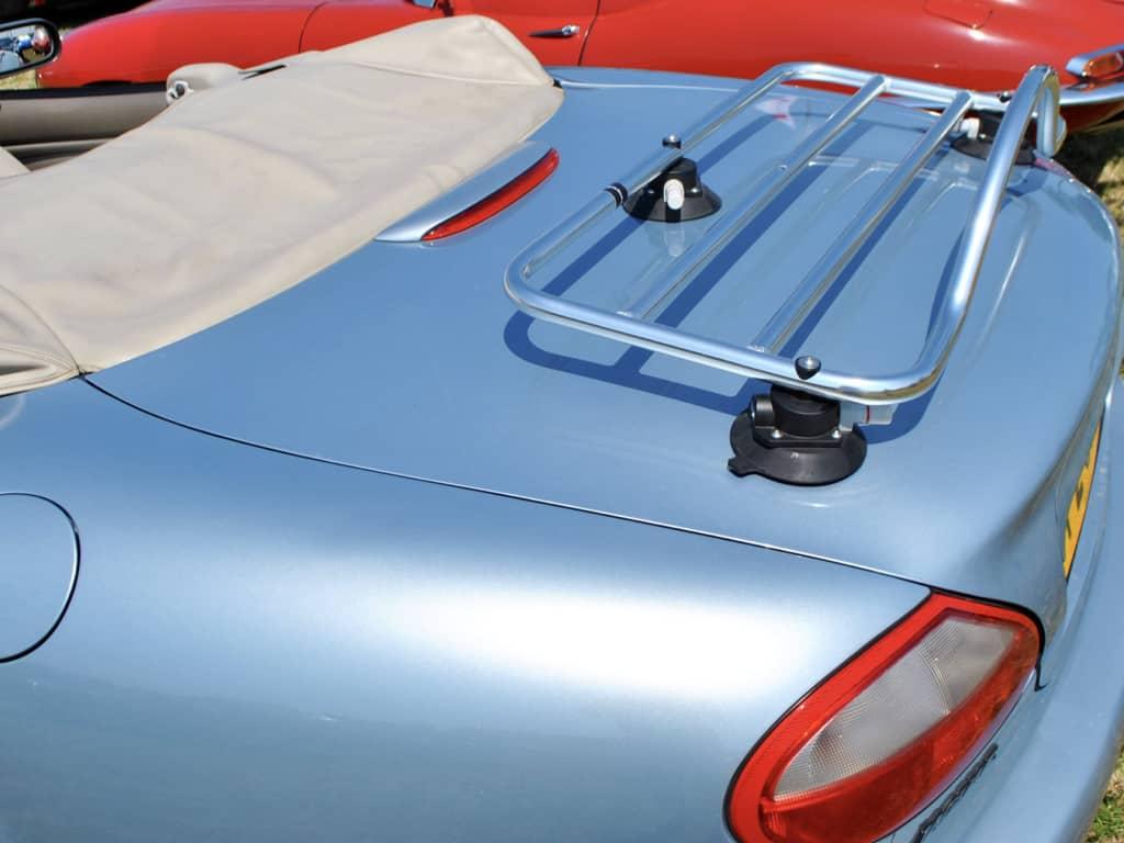 Silber Jaguar XK8 Cabrio mit einem Edelstahl-Gepäckträger