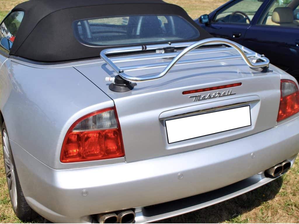 Décapotable Maserati avec une porte-revo chrome montée sur le mans classic
