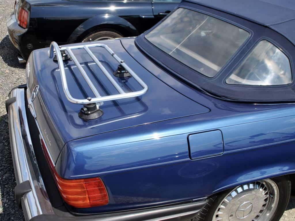 klassischer r107sl mercedes benz mit einem gepäckträger aus edelstahl