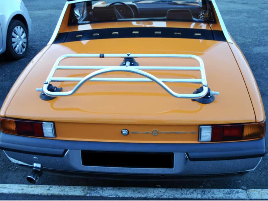 orange 914 porsche cabriolet mit einem gepäckträger aus edelstahl