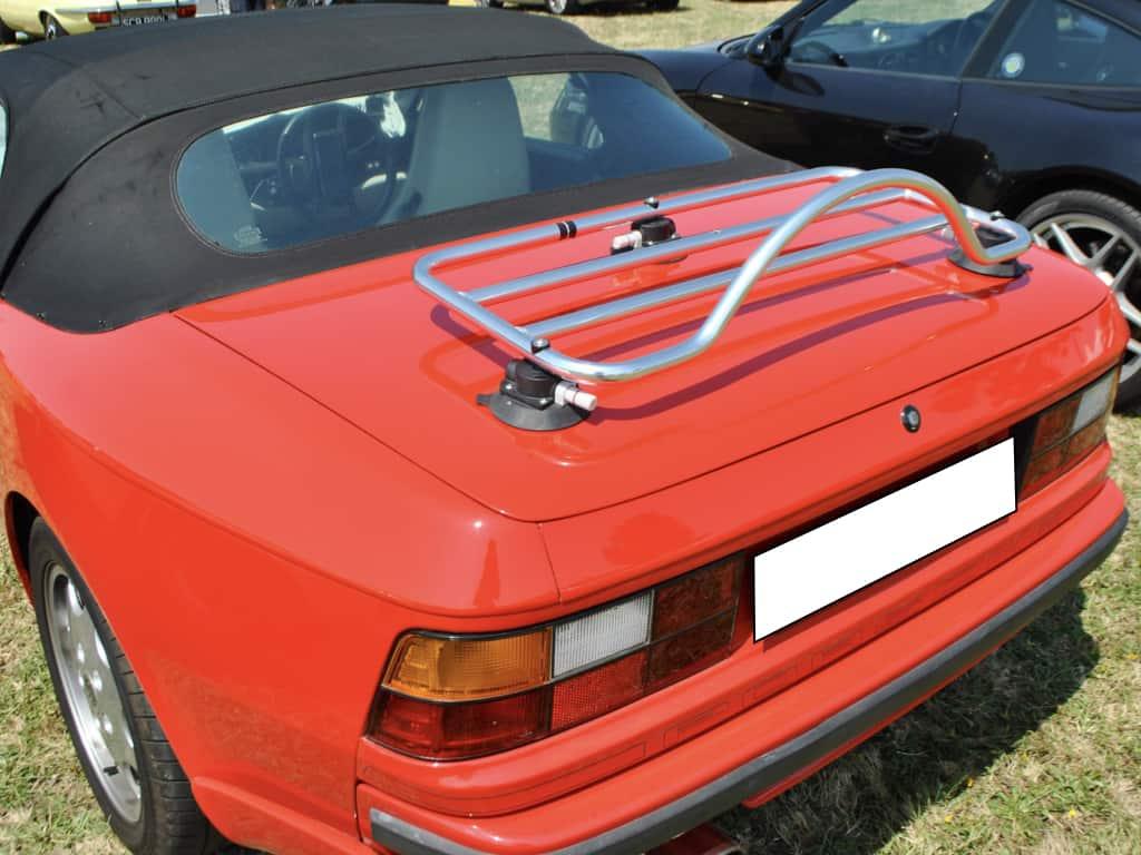 rotes 944 porsche cabriolet mit einem gepäckträger aus edelstahl