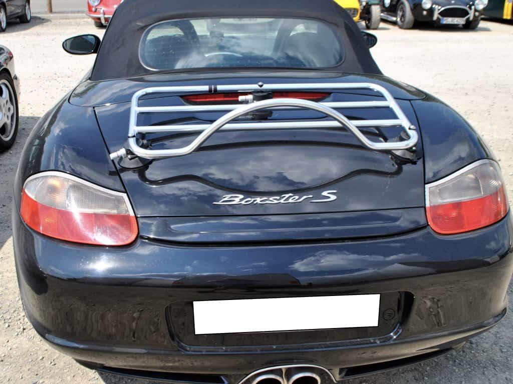schwarzer Porsche 986 Boxster mit Edelstahl-Gepäckträger