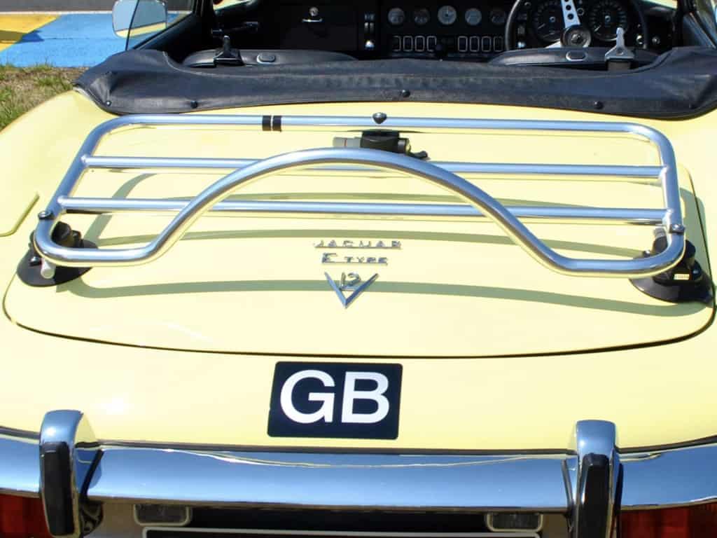 Jaguar jaune de type convertible avec porte-bagages en acier inoxydable
