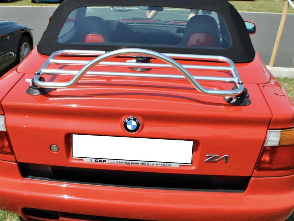 rouge BMW z1 avec un porte-bagages en acier inoxydable installé dans un champ par une journée ensoleillée