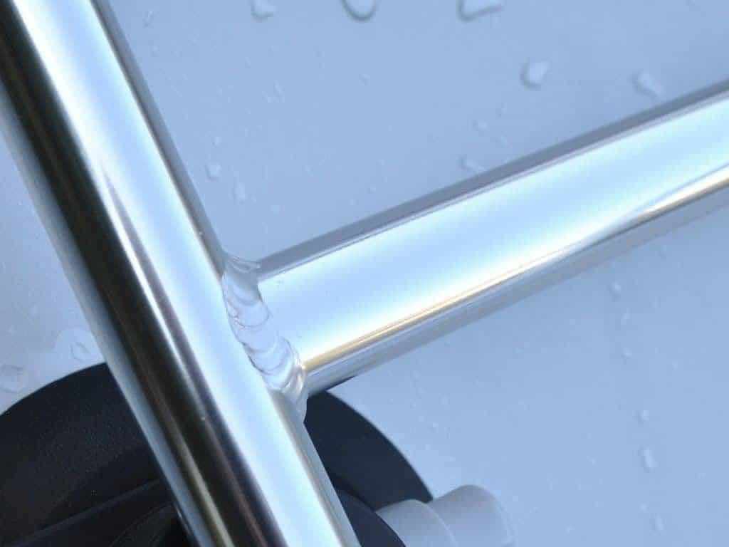 gros plan du porte-bagages revo-rack montrant les détails de la soudure