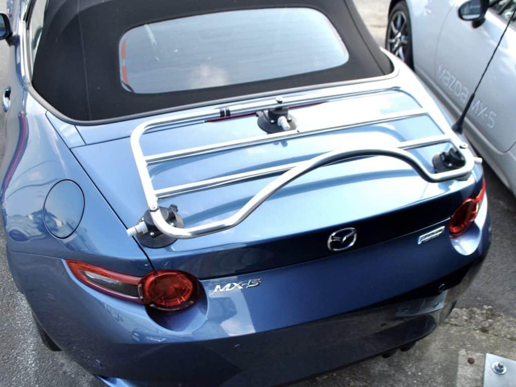 blu mx5 con un portabagagli in acciaio inox a scomparsa montato