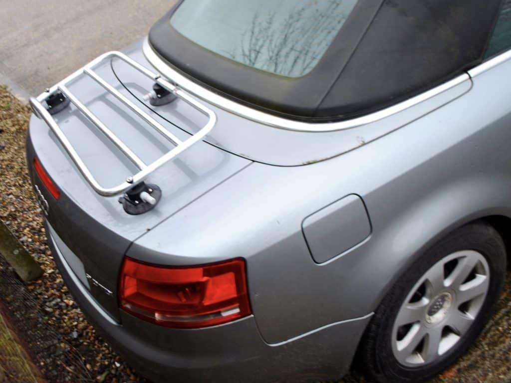 porte-bagages en acier inoxydable monté sur un audi a4 convertible gris