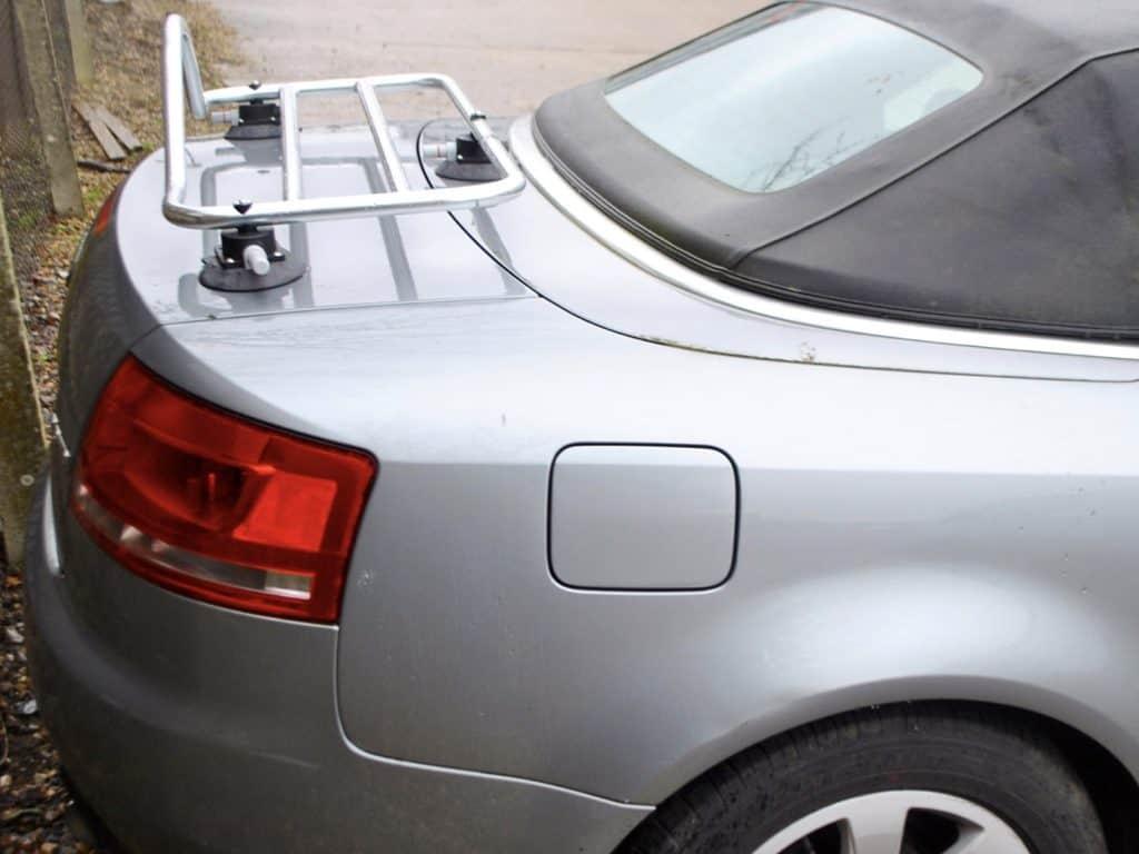vue de côté du porte-bagages revo-rack monté sur un cabriolet audi a4